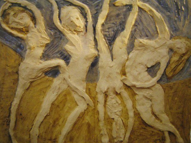 34. Vier wilde Tänzerinnen (1998), 35×28, Tonplatte (gebrannt) mit Farbglasur