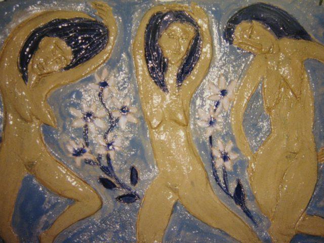 35. Drei Tänzerinnen vor Margeriten (1999), 44×28, Tonplatte (gebrannt) mit Farbglasur
