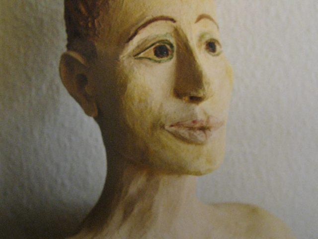 50. Weibliche Büste (2003), 40x35x20, Ton (gebrannt und glasiert)