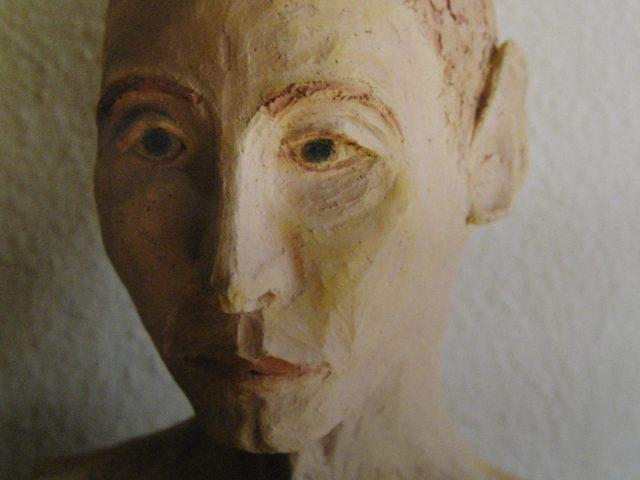 51. Männliche Büste (2003), 40x35x20, Ton (gebrannt und glasiert)