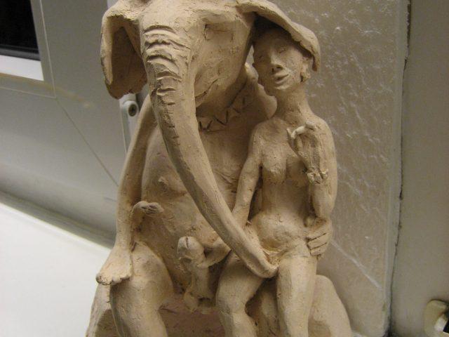 53. Ganesha mit Freudenmädchen (2003), 27x16x13, Ton (gebrannt)