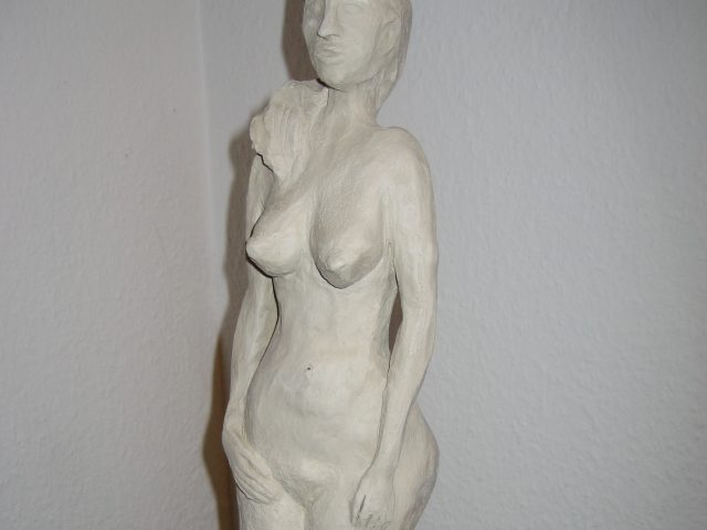 59. Stehender weiblicher Akt (2005), Höhe 44 cm, Ton (ungebrannt)